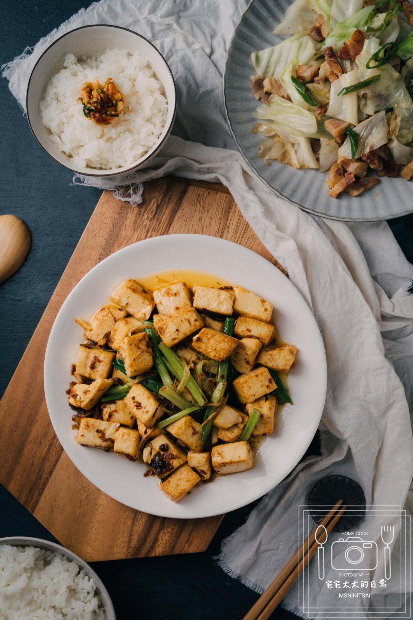 食譜:XO醬黃金豆腐 培根高麗菜,配飯料理食譜【宅宅太太的日常】